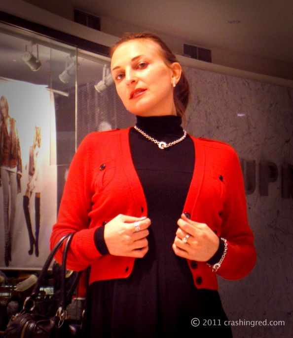 Red cardigan, black dress, silver jewelery, styling red, casual look, outfit ideas for autumn